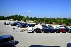 Parkolóhely a reptérnél jó áron